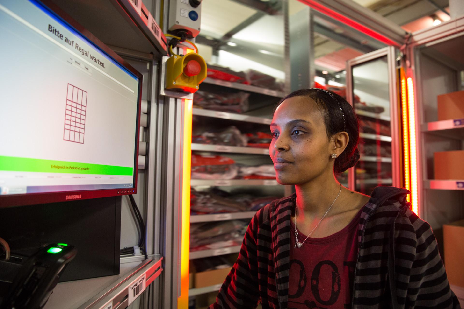 Im BLG-Lager kommt die Ware zur Frau statt andersherum: Eine der Bremer Erfolgsstorys zur Digitalisierung, Bild: BLG/van Kann