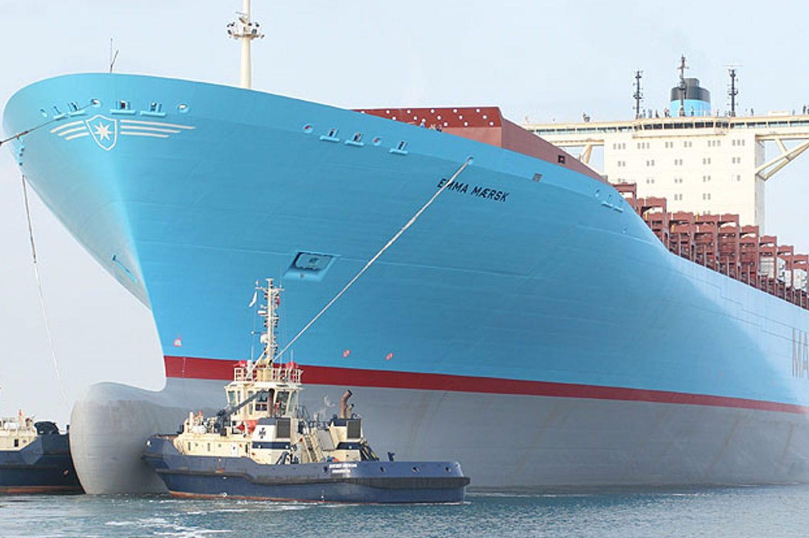 Zwei Schlepper manövrieren ein Containerschiff