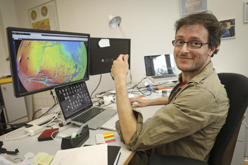 Planetenkartierung an der Jacobs University: Angelo Pio Rossi am Computer mit dem Bild einer Planetenoberflaeche. -- Foto: Focke Strangmann / Pressedienst fuer das Bundesland Bremen