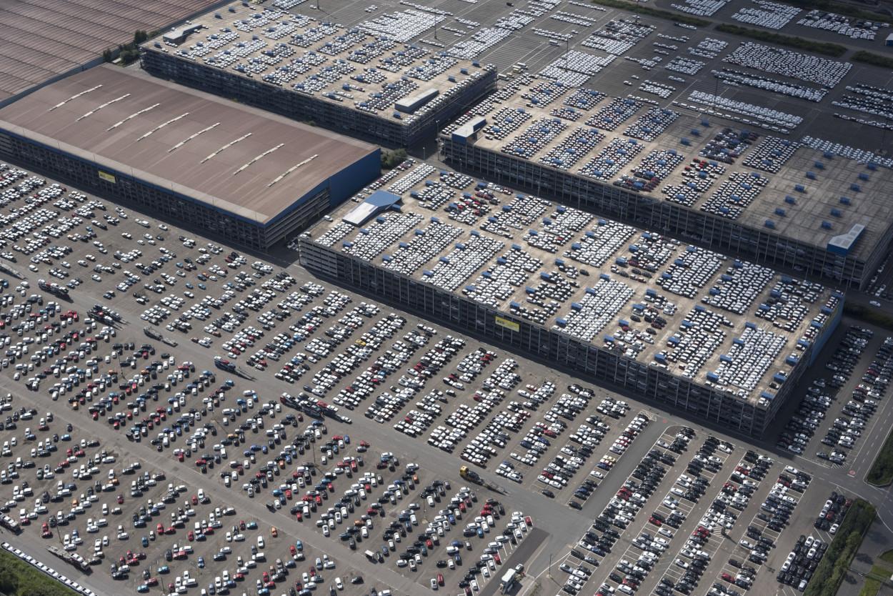 Autos, so weit das Auge reicht: Das AutoTerminal Bremerhaven, Bild: WFB/Studio B