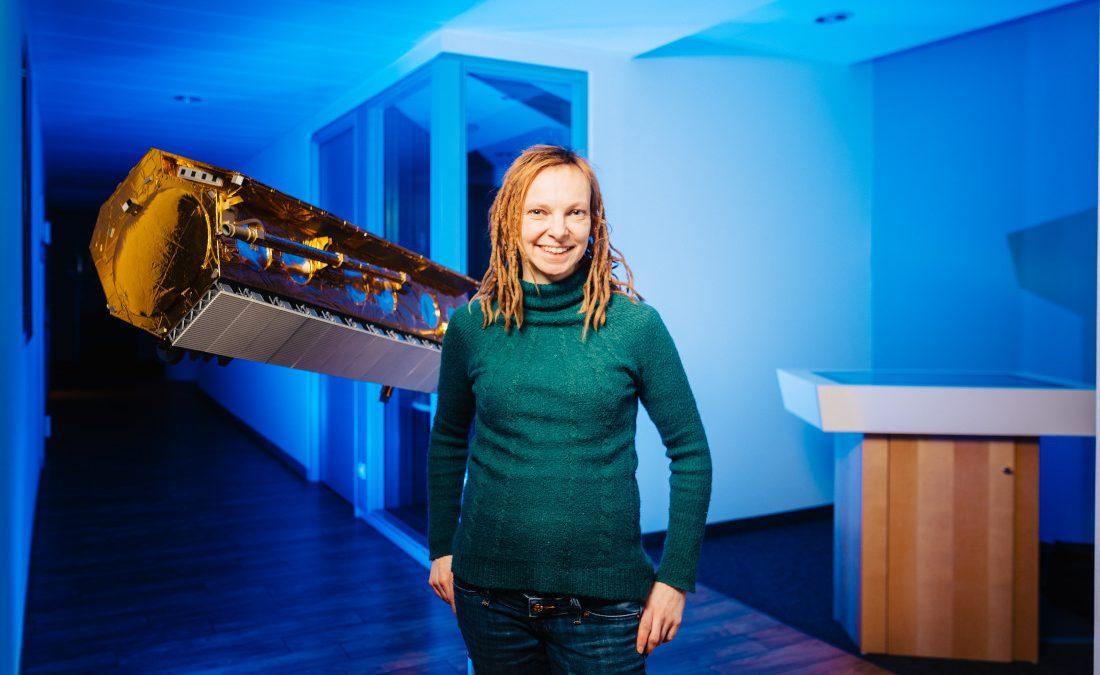Dr. Anja Frost vor einem Modell des TerraSar-X-Satelliten, Bild: WFB/Jonas Ginter