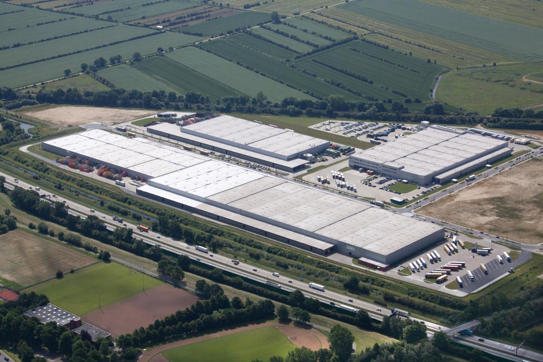 Über zwei riesige Hallen erstreckt sich das LOREL Gelände im Gewerbepark Hansalinie © LOREL Logistik GmbH