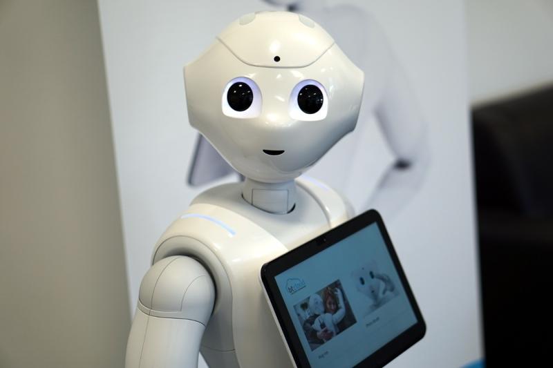 Auf dem großen Tablet auf ihrer Brust zeigt der Roboter Informationen an oder lässt sich steuern. Bild: WFB/Jann Raveling
