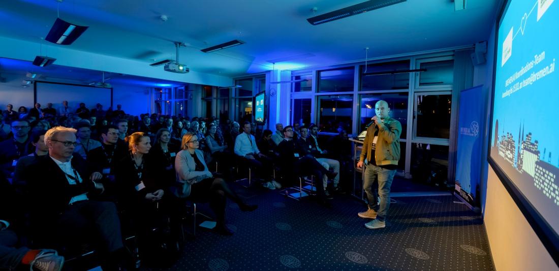 Roland Becker, Initiator von BREMEN.AI, begrüßt das Publikum, Bild: Pusch
