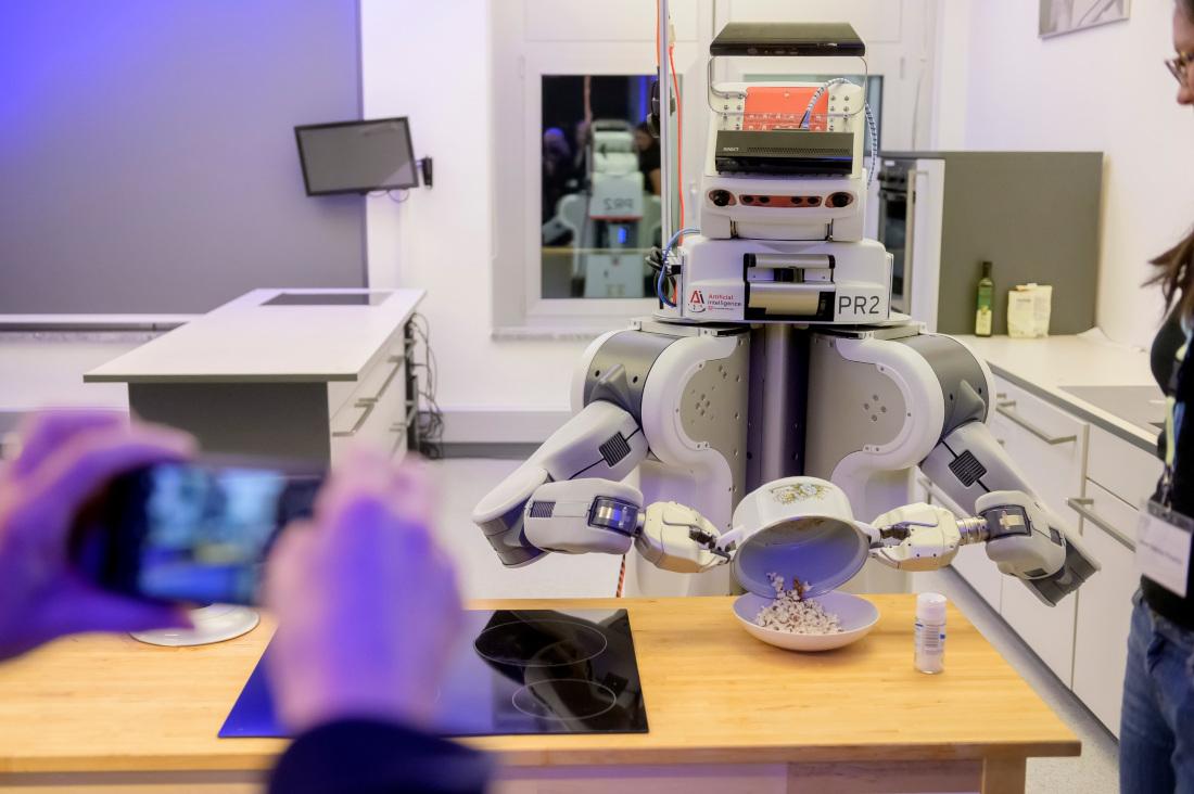 Roboter PR2 unter Beobachtung: Klappt die Zubereitung von Popcorn reibungslos? Bild: Pusch