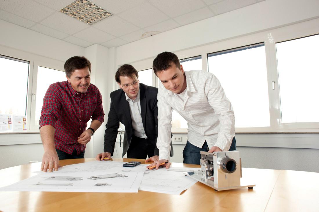 """Das OptoPrecision Team bei der Arbeit am Multi-Sensor System """"MODAR"""" - Bild: OptoPrecision"""