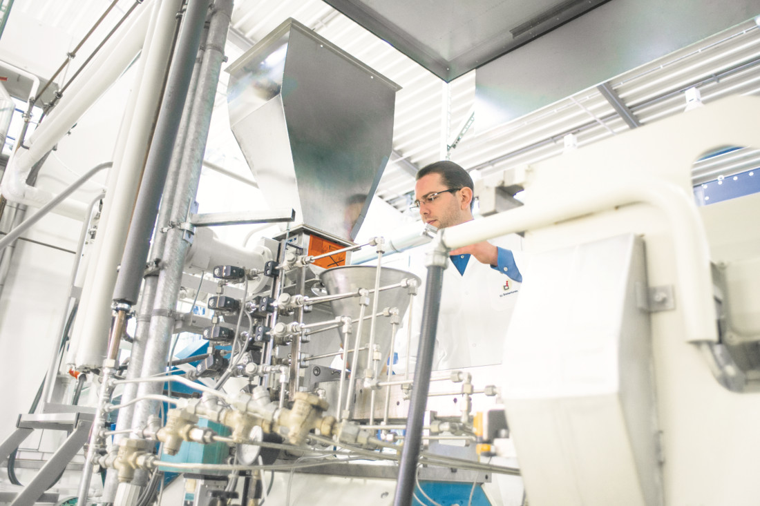Forscher an Extrusionsmaschine, Bild: ttz
