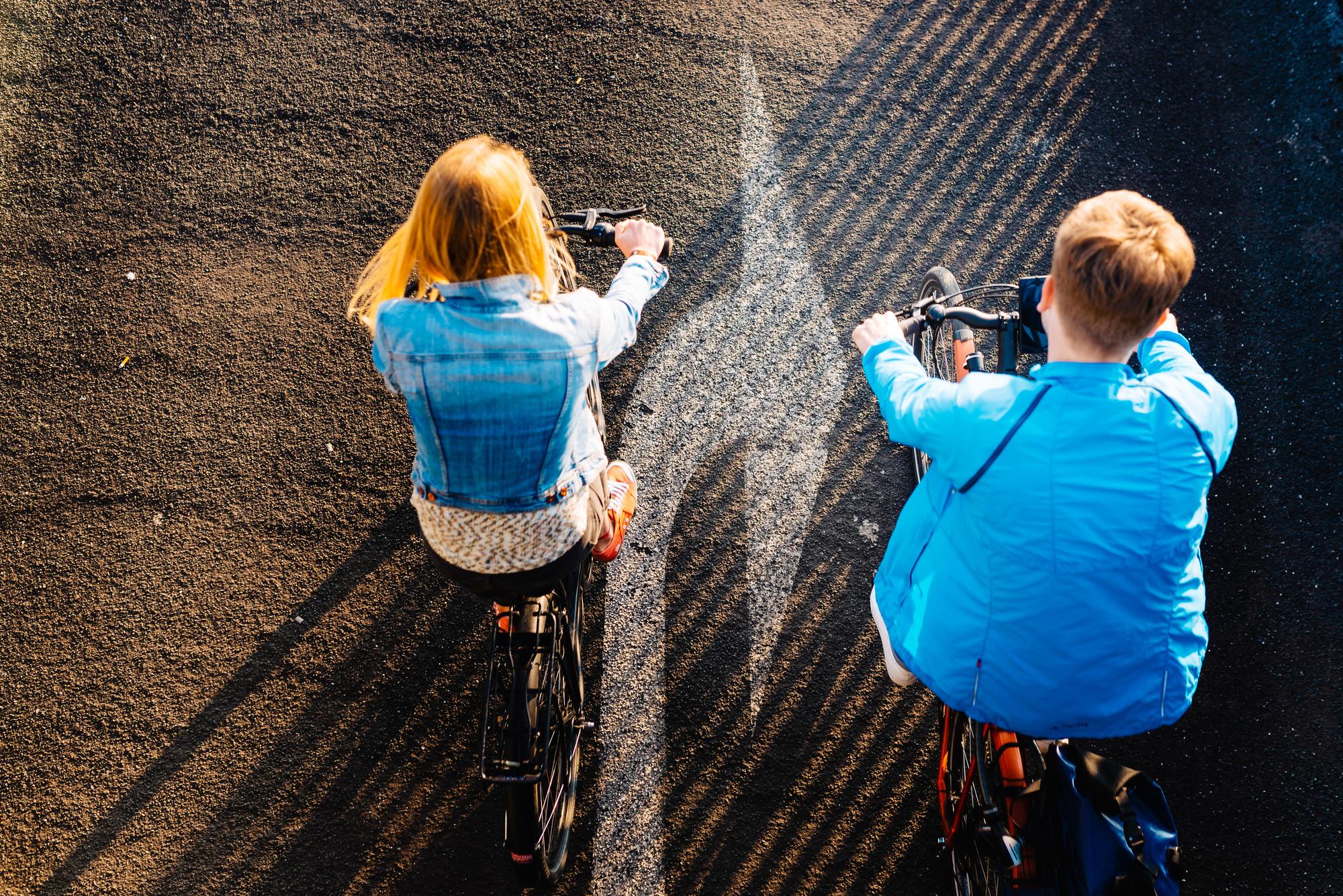 Ein Mann und eine Frau auf dem Fahrrad in einer Luftaufnahme fotografiert