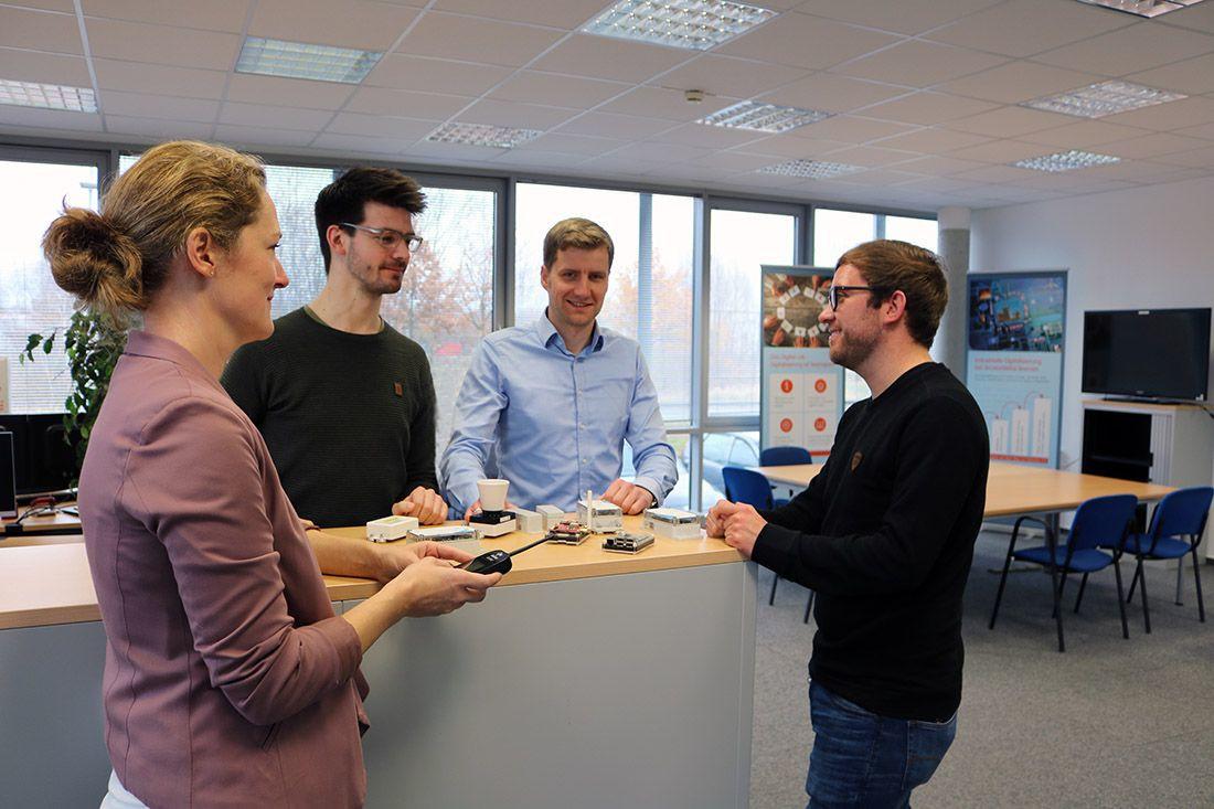 Vier Personen aus dem Digital Lab-Team stehen zusammen