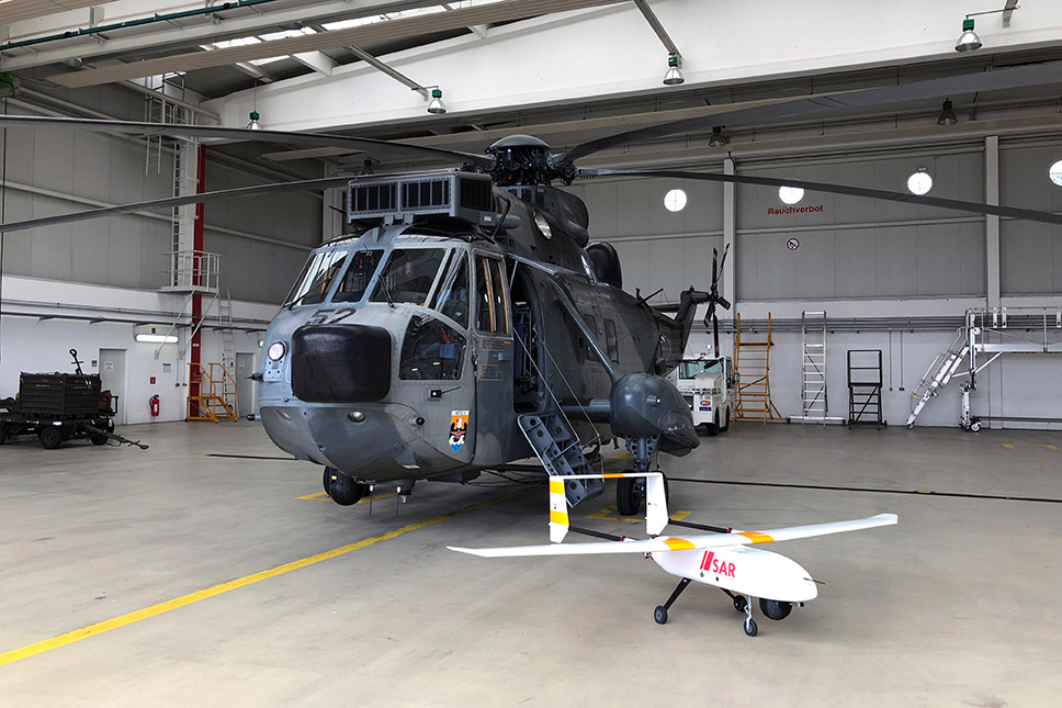 Größenvergleich des LARUS-Flugsystems mit einem Such- und Rettungshubschrauber des Typs Sea King der Deutschen Marine