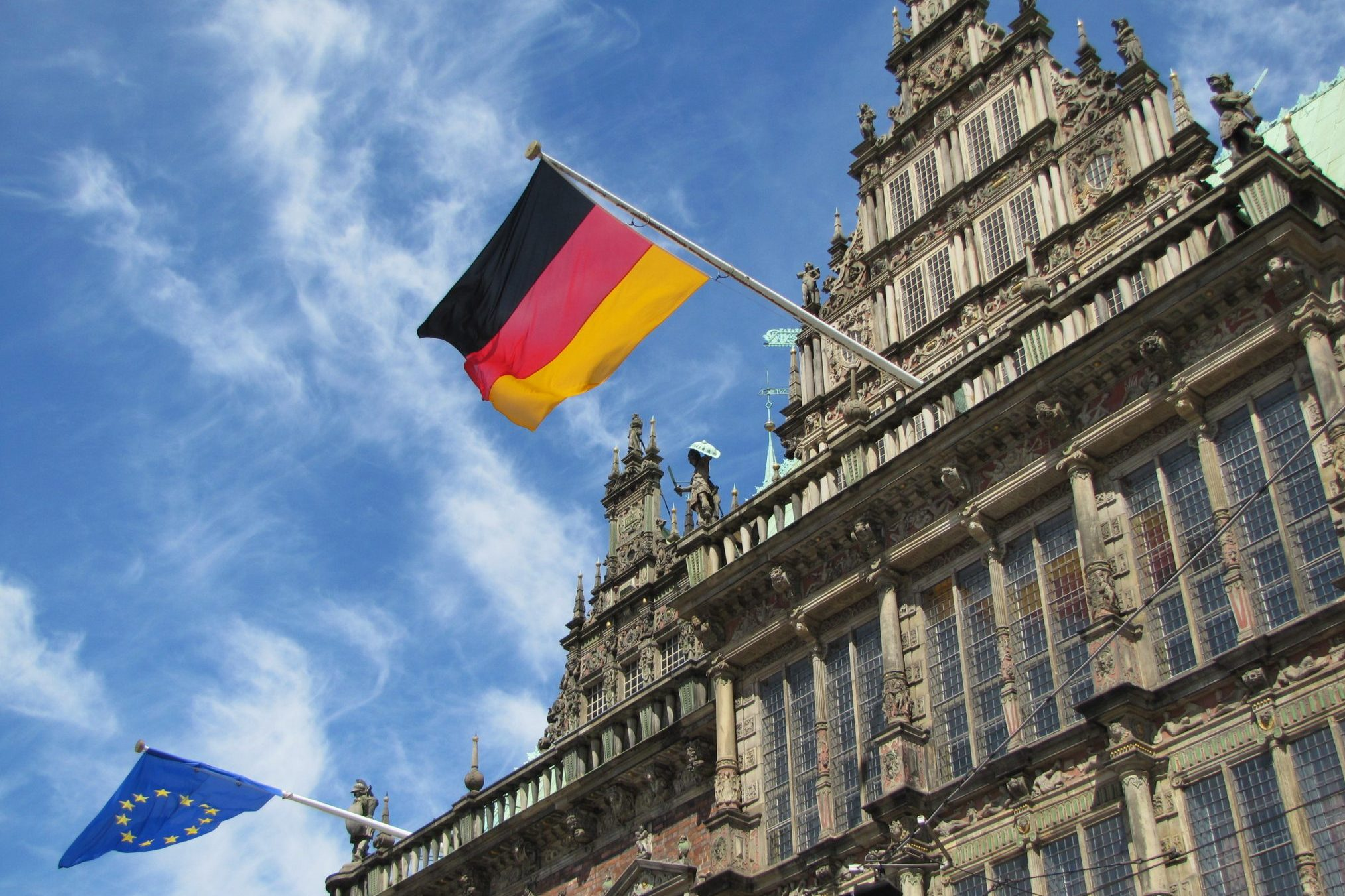 Rathaus mit EU- und deutscher Flagge