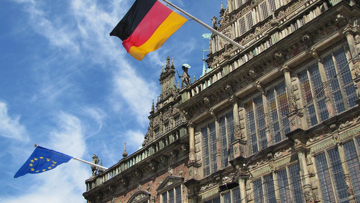 Rathaus EU mit Flagge_zugeschnitten