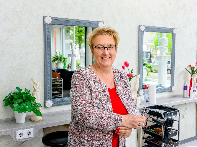 """Frisörmeisterin Sabine Lühmann, Inhaberin """"Frisör am Waller Park"""" Quelle: WFB/Frank Pusch"""