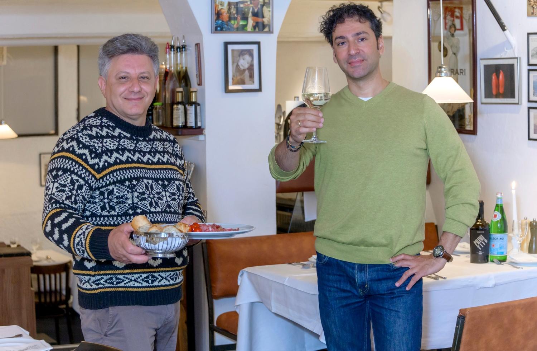 Koch Salvatore Damano (links) und Inhaber Peyman Nasserian im Restaurant Napoli am Wall. Quelle: WFB/Frank P