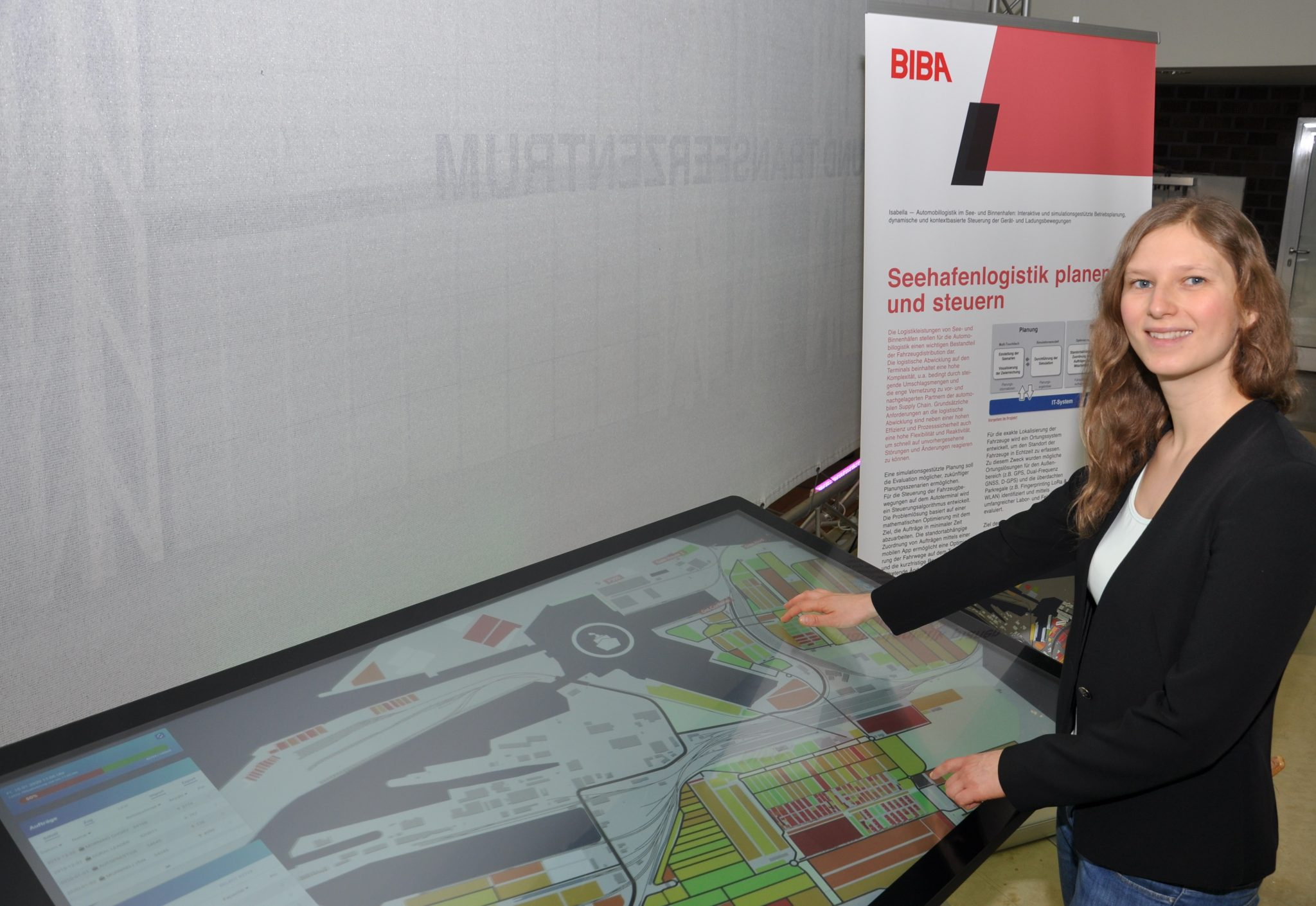 Marit Hoffmeyer am Multitouch-Tisch
