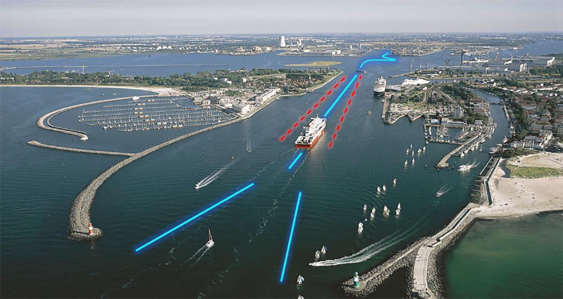 Eine enge Hafeneinfahrt mit einem Schiff
