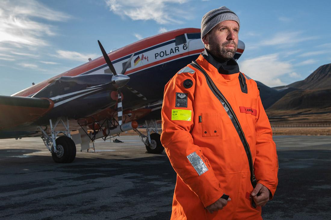 Dr. Thomas Krumpen auf dem Flughafen von Longyearbyen vor dem Flugzeug Polar 6, Bild: AWI/Esther Horvath