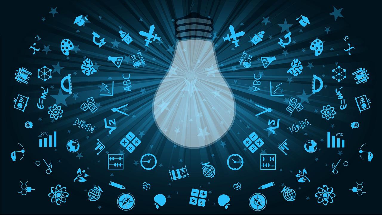 Beispielbild Glühbirne mit kleinen Ideen-Objekten rundherum