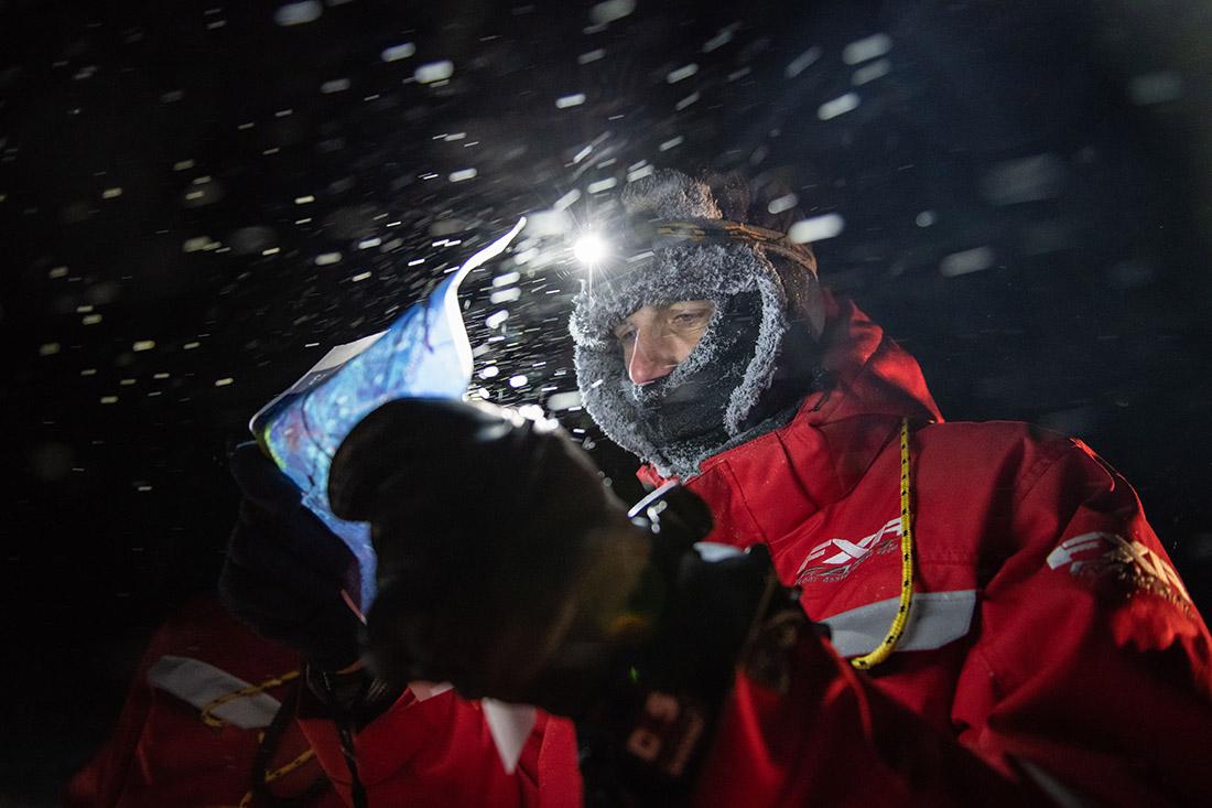 Pläne lesen - gar nicht so einfach bei  Schneegstöber, Dunkelheit und Minusgraden, Bild: AWI/Esther Horvath