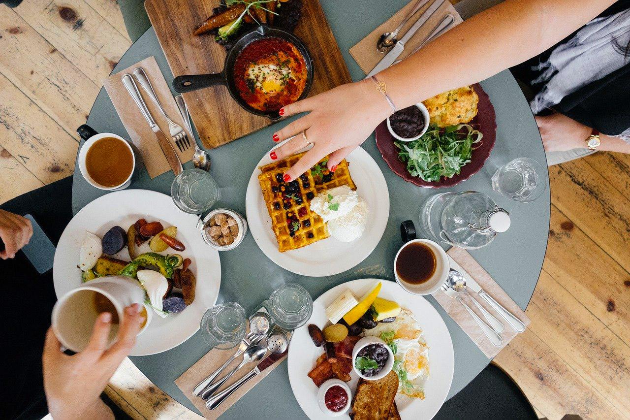 Ein gedeckter Tisch mit Essen und Trinken