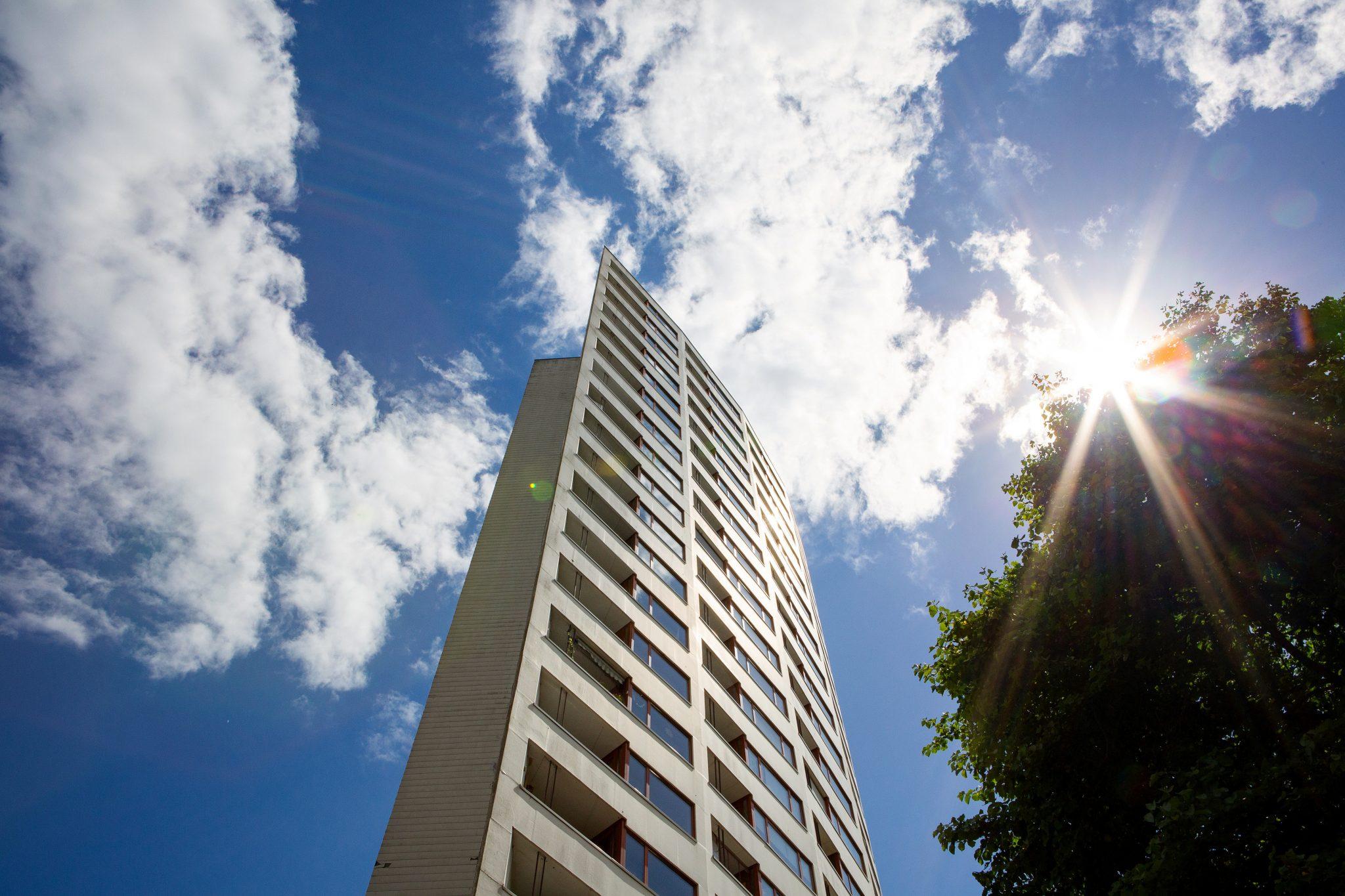 Das Aalto Haus in der Vahr von der Straße aus fotografiert vor blauem Himmel