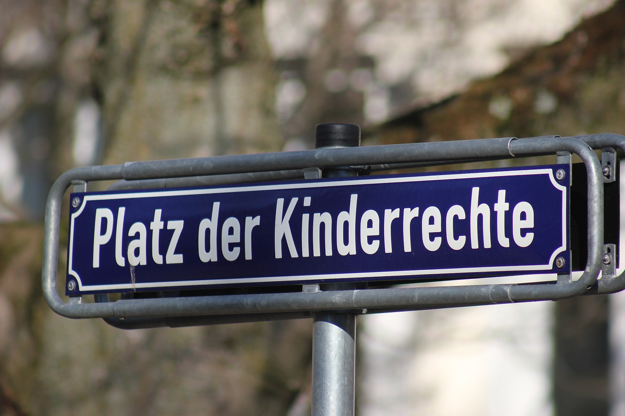 """Ein Straßenschild mit der Beschriftung """"Platz der Kinderrechte"""""""