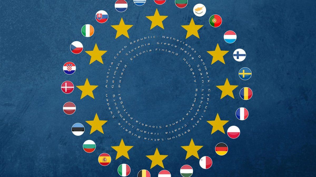 die Flaggen der Mitgliedsstaaten der Europäischen Union um die Sterne der Europaflagge kreisförmig angeordnet