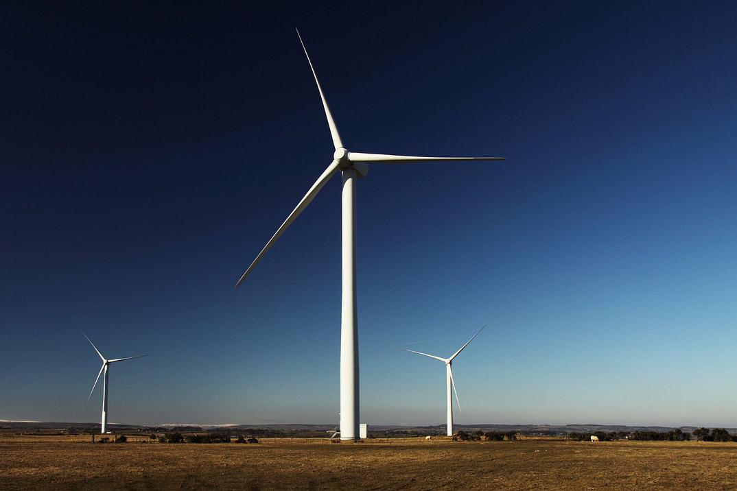 ein Windpark vor blauem Himmel
