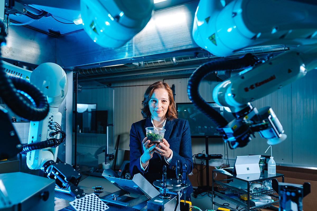 Robotec-Geschäftsführerin Frederike von Rundstedt vor ihrem Roboter, Bild: WFB/Ginter